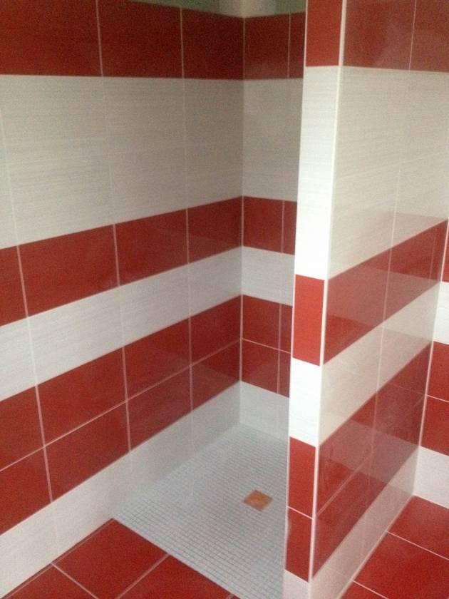 Carrelage salle de bain rouge et blanc for Salle de bain rouge et blanc
