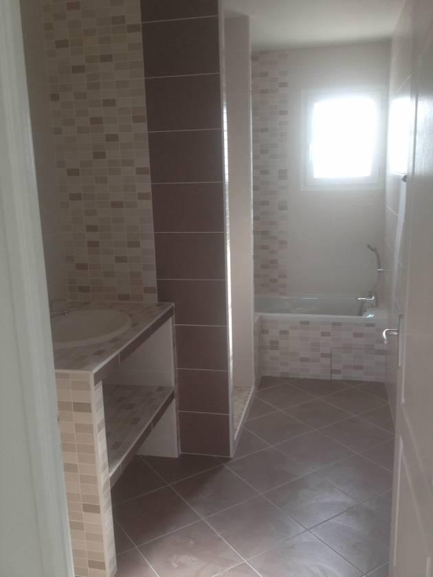 carrelage en diagonal dans une salle de bain ce type de pose