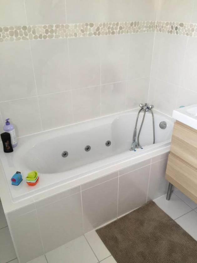 salle de bain avec frise galet