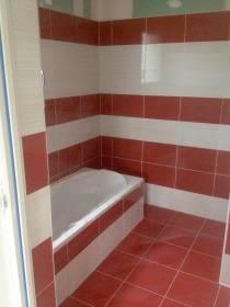 salle de bains rouge et blanche